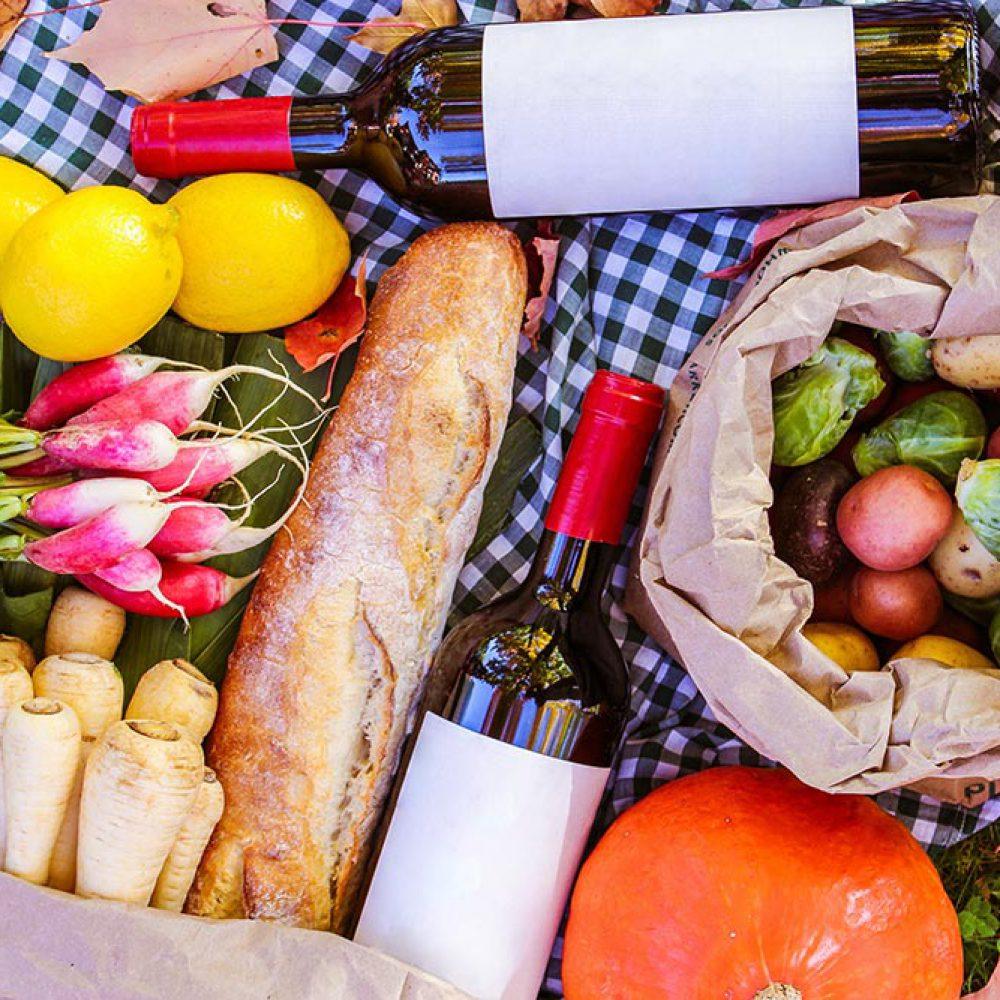 Picknick mit Wein und Gemüse